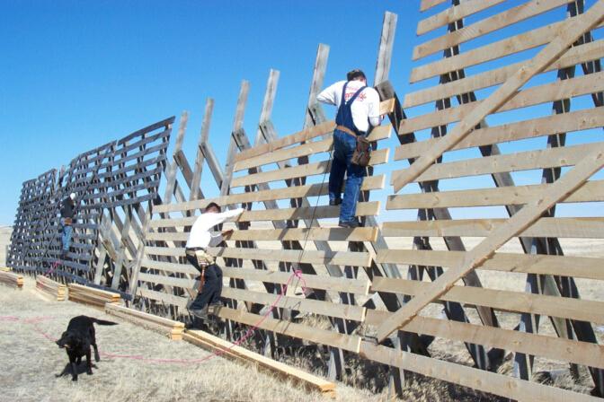回收经风化的木板,将新的木板装上