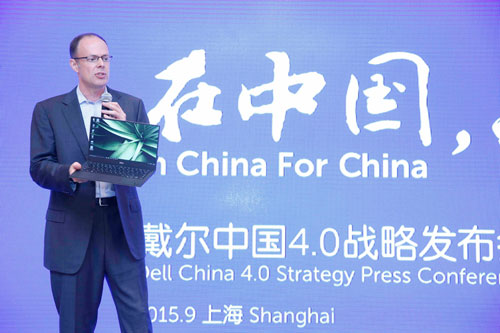戴尔全球副总裁兼个人电脑产品部总经理Sam-Burd展示最新XPS-13金色限量版创新设计.jpg