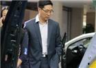 政府采购信息报社常务副总编辑张松伟参观车展。