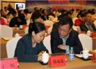 与会代表正在和政府采购信息报社长兼总编辑刘亚利亲切交流。