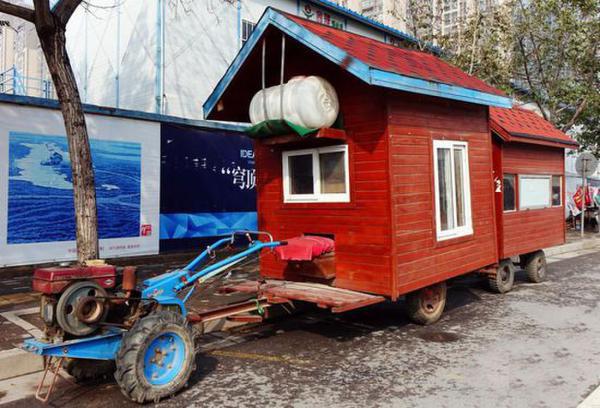 郑州瓜农将拖拉机改装成 房车 进城购物图片