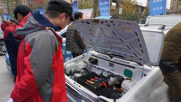 武汉新能源车进社区 市民体验零排放出行