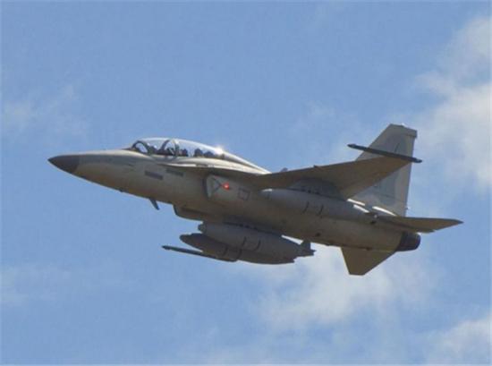 据中国国防科技信息网报道,在菲律宾空军接收了首批两架韩国轻型战机后,菲国防部副部长费尔南多·马纳洛宣布,将拨付9.32亿美元用于国防采购,以提高在南海的军事力量。据称,菲总统阿基诺已予以批准。