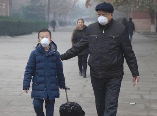 12月8日,一位家长将孩子从北京市海淀外国语实验学校接走。