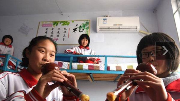 近日,临沂市沂南县财政拨款200余万元,为全县21处农村中学学生宿舍安装了1274台空调,解决了近12000名寄宿学生的冬季取暖问题。