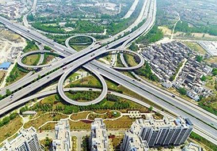 他举例说,像上海东海大桥,大家一直认为要是大桥能预留两条轨道就好了