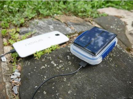 应急太阳能移动电源可为手机或平板电脑充电,在国外网购价最低为15美元,最高为100美元。容量可在10000mAh到30000mAh之间选择,单次在阳光下充满电后可为手机或平板多次充电。此外,许多太阳能移动电源的设计都坚固耐用,十分适合户外活动。