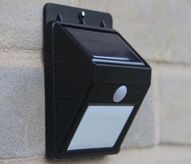 动作感应太阳能灯只需5至8小时的阳光直射就能为房子周边的夜间照明存储足够的能量。目前市面上有着各种尺寸、亮度和外形设计。无需电线或工具,通过背部的强力粘合剂就可黏在各种平面上,几秒内就可完成安装,十分便利。在国外网购价大约为16美元。