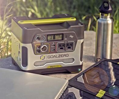 太阳能便携发电机在停电、露营等场合下十分有用。它不会产生噪音,比内燃发电机更为轻便,充电又完全免费。便携式太阳能产品制造商Goal Zero旗下的产品价格从199.99美元至1399.95美元不等。