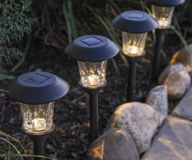 """太阳能路灯的价格从几美元到15美元不等。有些人还把这种小路灯拆下来,当作便携式阳光罐(sun jar)使用。想象一下,在夜里欣赏罐子里储存的""""阳光"""",挺有情调。"""