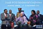 12月16日,在肯尼亚内罗毕,利比里亚总统埃伦·约翰逊-瑟利夫(中)向与会代表致意。世界贸易组织第十届部长级会议16日在肯尼亚首都内罗毕通过协议,正式批准利比里亚加入世贸组织。