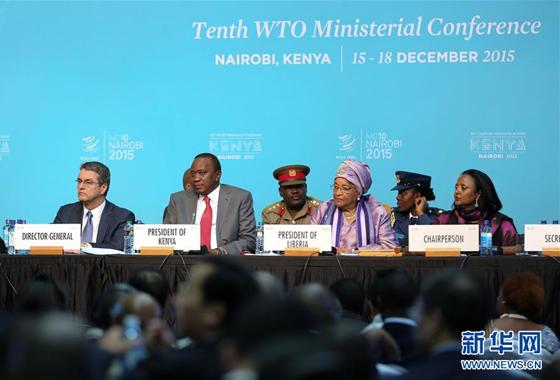 12月16日,在肯尼亚内罗毕,世贸组织总干事阿泽维多、肯尼亚总统乌肯雅塔、利比里亚总统埃伦·约翰逊-瑟利夫、肯尼亚外交与国际贸易部长阿明娜·穆罕默德(前排从左至右)出席世界贸易组织第十届部长级会议。世界贸易组织第十届部长级会议16日在肯尼亚首都内罗毕通过协议,正式批准利比里亚加入世贸组织。