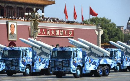 中国重汽一直是中国军队载重汽车的主要供应商之一,依靠国内业界首屈一指的重型卡车研发实力,自主研发了达到当代国际水平、本次阅兵中搭载反舰和舰空导弹的卡车就是中国重汽出品的豪沃系列,它是一款15吨级载重汽车。重汽豪沃系列卡车在部队和民用运输市场都有广泛应用。需要说明的是,由于这两种导弹的发射平台都是舰船或飞机,所以本次承载它们的卡车仅仅用作运输工具,而非武器平台的一部分。