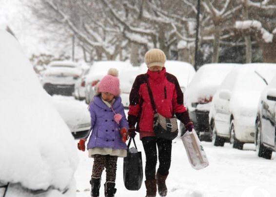 山东威海强降雪持续,受降温和降雪影响,道路积雪或结冰严重影响市民出行。