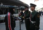1月24日,北京西客站,执勤的武警官兵将捡到的手机交给失主。