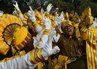 1月24日,在印度加尔各答,印度士兵在等待阅兵式带妆彩排时跳舞。