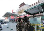 1月24日,武警战士顶着寒风在北京西客站上哨执勤。