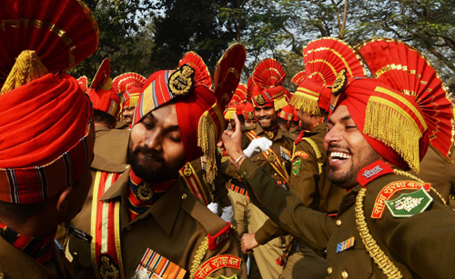 1月24日,在印度加尔各答,印度边境保安部队士兵在等待阅兵式带妆彩排时跳舞。