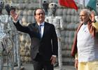 1月24日,在印度昌迪加尔,印度总理纳伦德拉·莫迪(右)和到访的法国总统弗朗索瓦·奥朗德向媒体挥手。