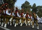 1月24日,在印度加尔各答,当地武装警察在阅兵式带妆彩排前练习。