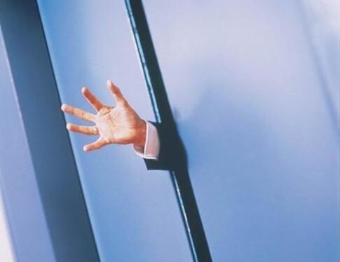 电梯关门时伸手挡住安全吗?手可能会被夹!常见电梯分为光幕式电梯和触板式电梯,光幕式电梯是在电梯门两边装有红外发射器和接收器,来感应是否有阻挡物;触板式电梯则是通过电梯门上的一块突出的触板来感应。但实际上两种电梯都存在一定的感应盲区,无法实现全部覆盖。电梯设置有专门防止门夹人的保护装置,但是装置要在主动门最后要关闭的50毫米内才能启动。因此,用手、脚、物品等挡电梯门可能会被夹住,也容易造成电梯门损坏、失灵。
