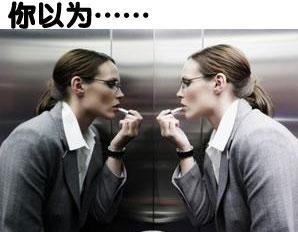 最初电梯里安装镜子的目的是:1.方便残疾人。2.减轻幽闭恐惧症。3.防止小偷。当然,镜子最本质的作用在电梯里也依然发挥,那就是:照自己,整仪容。