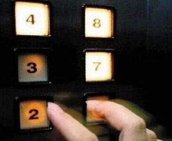 """电梯下坠时""""快速把每一层的按键都按下""""有用吗?可能会有用。如果是突然断电导致下坠,这时把每层按键都按下,这样当紧急电源启动时,电梯可马上停止继续下坠。但如果是故障导致下坠,楼层按键可能就不会亮,或者已经失灵,把每一个楼层按一遍没有太多作用。"""