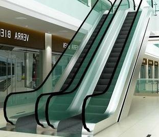 手扶电梯的扶手带比梯级快?扶手带比梯级的确要快0~+2%(国家标准)。相对快一点的速度可以拉伸手臂并让人保持前倾姿势,可以有效防止部分情况下的后仰摔倒。速度是计算过的,它可以保证你在一次乘用中不用调整扶手。