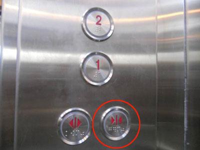 """电梯的关门键到底有用吗?有专家认为,在国内,电梯关门的按键是有用的。不过关门键的指令并非处在""""第一优先级"""",按下关门键后,如果有乘客进入电梯,电梯会打断关门的""""进程""""。"""