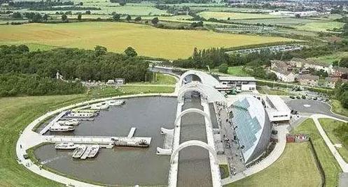 英国——福尔柯克轮升降机:福尔柯克轮直径35米,由一对15米长的吊臂构成,用于升降船只。福尔柯克轮耗资1750万英镑,整个项目的总成本高达8450万英镑。
