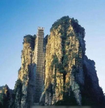 中国——张家界百龙天梯:总投资1.8亿人民币,2004年投入运行,垂直落差335米,采用三台双层全暴露观光电梯并列分体运行,运行速度3m/秒,从山底到山顶仅需1分58秒。