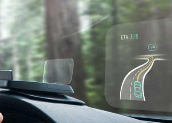 Navdy HUD    开车时看手机往往会造成交通事故,不少科技公司想着利用抬头显示器(HUD)技术解决这一问题,Navdy HUD就是这么一款产品。Navdy HUD连接到智能手机之后可以将手机屏幕投射到挡风玻璃上,这样用户不用低头看手机就可以查看手机信息,用户还可以通过手势动作来接听和挂断电话、查看信息、发表推文。