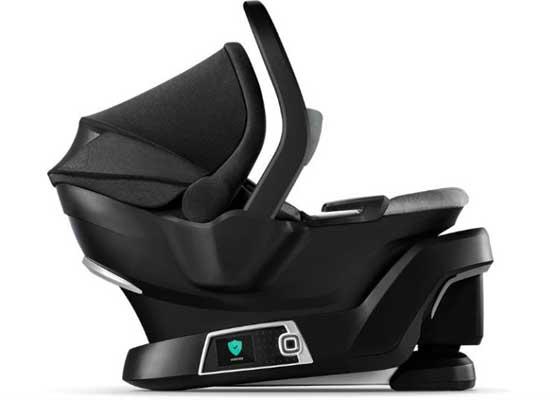 4Moms自动调节安全座椅    对于有孩子又有车的家庭而言,安全座椅几乎是必不可少的设备。然而对于那些没有经验的家长而言,安装安全座椅并将其调整到最合适的位置可不是一件容易事。知名婴幼儿用品公司4moms日前推出一款可以自动调节的安全座椅,为这些年轻父母省去烦恼。家长只需要将这款安全座椅安放在汽车座椅之上,之后按一下设置键,安全座椅就会自动检查LATCH连接、调节座椅并进行固定。另外家长还可以通过配套的应用查看安全座椅的状态以及孩子的状态,这也是非常方便使用的一项功能。