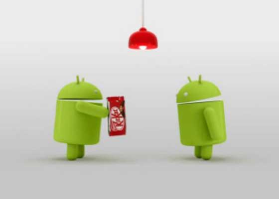 "Android 4.4的推出旨在通过缩小该系统在高端和低端手机中的区别,让碎片化的Android世界更加统一。奇巧系统的运行所需的设备内存低至512MB。2013年10月,这一版本的系统随Nexus 5手机问世,并带有说出""OK Google""即可启动语音搜索的功能,同时Google Hangouts取代了Google Talk。"