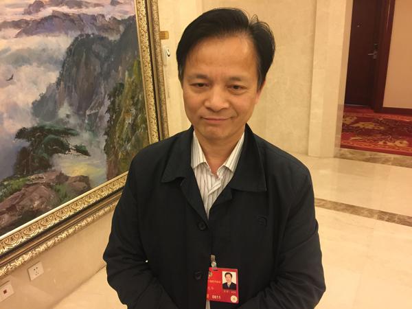 3月5日,全国政协委员、中国工程院院士钟志华在两会驻地接受了《政府<a href=http://www.caigou2003.com target=_blank class=infotextkey>采购信息</a>报》记者的采访,他表示首先在公共领域推广新能源车相对容易取得成绩,但从长远来看,新能源车发展要从政策主导转为市场主导。另外,他还介绍,今年他的两个提案主题是创新驱动和提高提案质量以及落实,现在仍在修改中,还不宜对外公布。