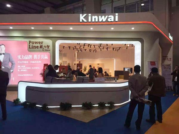 2016年3月28日至31日,第37届中国(广州)家博会第二期办公环境展举办。近千家国内知名办公家具企业参展。图为健威家具展台。