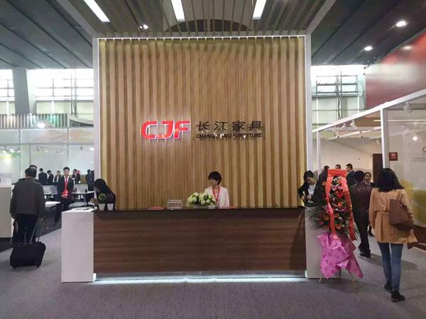 2016年3月28日至31日,第37届中国(广州)家博会第二期办公环境展举办。近千家国内知名办公家具企业参展。图为长江家具展台。