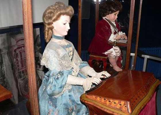 """""""音乐家""""是一位女性管风琴演奏员。她演奏出的音乐并不是伪造的(或者说,它不是提前刻录好的),而是真实的声音,是""""音乐家""""用手指按压定制乐器的键盘产生的。她还会""""呼吸""""——演奏过程中能看到她的胸膛起伏,头和眼睛跟着手指移动,动作就像真是的演奏家一样。例如,""""音乐家""""会调整身体的位置以保持平衡。"""