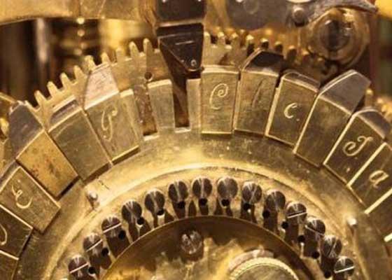 """凸轮由一个大转盘控制,这可能就是最原始的""""系统盘""""吧~转盘上刻着的字母能够移动、替换和重排(因此这台机器是可编程的)。""""作家""""能书写长达40个字母的定制文本,并将这些字母排成4行。"""