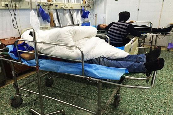 长沙一空调安装工人从楼上不慎跌落,躺在地上