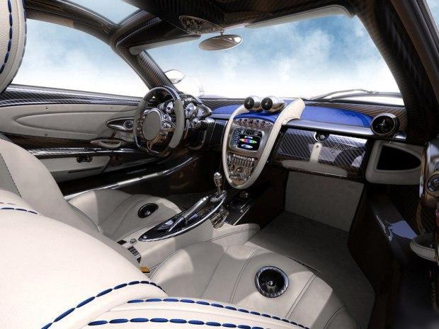 内饰方面,新车在维持了外观蓝碳相间的色调基础上,在门板、方向盘、中控台以及座椅等处均采用了带有蓝色缝线的浅色真皮包裹,并运用了大量碳纤维饰板及金属材质,运动之余颇显奢华风格。
