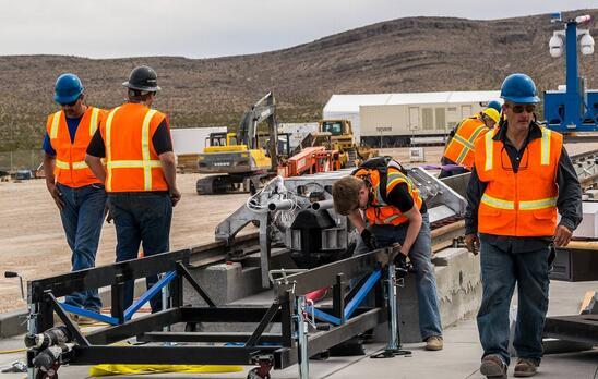 """""""超级高铁""""是科技""""神人""""马斯克在2013年提出来的。按照设计,""""超级高铁""""的车厢像一个胶囊,每一个胶囊被放置于真空管道中,像炮弹一样被发射到目的地。"""