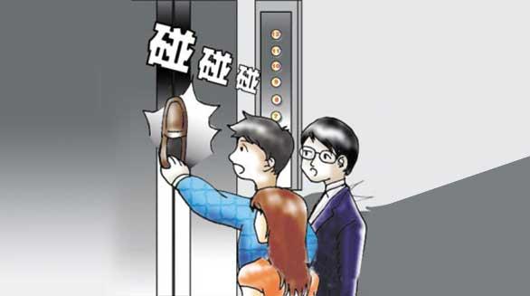 """遇""""电梯惊魂""""应如何自救?"""