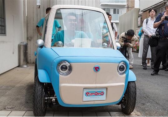 日本汽车初创公司Rimono日前推出一款与公司同名的微型电动汽车,以适应日益拥挤的大城市交通需要。奇妙之处在于,该车的车身颠覆传统,采用防水织物面料打造。该车设计师Kota Nezu今年年初提出丰田实木Setsuna概念车。Rimono车身长2.2米,采用用于制造帐篷和油布的防水材料涤纶棉。
