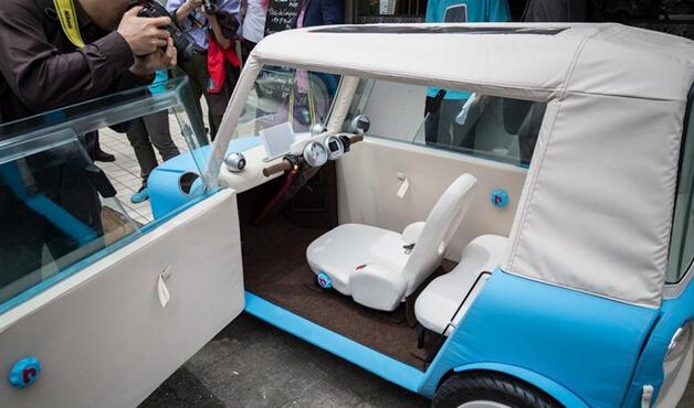 动力方面,该车搭载电动发动机,功率为6.8马力,另配有4千瓦时的锂离子电池。车重320千克,最高时速达45千米/小时,续航里程达50千米。车内空间较小,仅能容纳2名乘客,配备转向把手和iPad。Nezu预计Rimono将于2017年夏季上市。