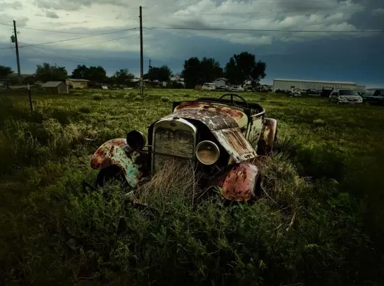 小编很喜欢这幅图的配色。老旧的汽车和阴暗的天空,深绿色的原野融为一体。天空中布满云朵,似乎一场大雨正要袭来。不知你是否有过类似的感受呢?大雨来前,心中仓仓皇皇,有点悲伤。