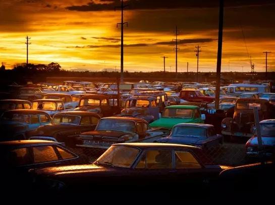 如今许多国家都满是汽车。你一定见过堵车的马路,鸣笛焦躁的汽车。可是你见过这么多沉睡的汽车吗?夕阳下,如此之多沉睡的汽车汇聚在一起,竟有了几分悲壮。