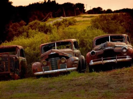 德国57岁艺术家迪特尔·克莱因环游世界各地,发现数以百计被遗弃在自然界中的经典老爷车。如果能够将它们修复,这些汽车将价值数十万美元。
