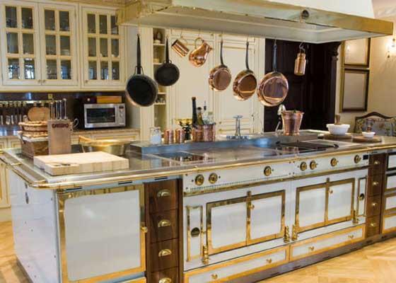 15. Grand Palais 180炉灶(5.7万美元)    买过厨房用具的人都知道,好的炉灶往往价格不菲。来自La Cornue的Grand Palais 180炉子则更是奢华--基础版起价5.7万美元(约合37.39万人民币)。