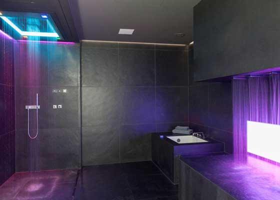 """8. Sensory Sky淋浴器(3.5万美元)    德国公司Dornbracht出产的Sensory Sky可能是全球最高科技,且最昂贵的数字淋浴器。该款定价3.5万美元(约合22.95万人民币)的淋浴器提供""""三种预编淋浴场景"""",包括灯光秀、多个出水口(每个都可以在一定范围调整温度)以及飘香部件。"""